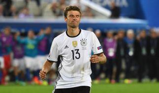 Thomas Müller vergibt seinen Elfmeter gegen Buffon. (Foto)