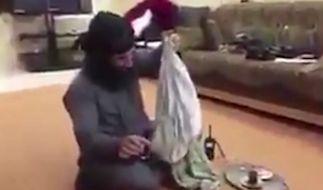 Der mutmaßliche IS-Terrorist lacht über die Vergewaltigung einer Frau. (Foto)