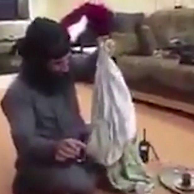 Schock-Video! IS-Terrorist lacht über Vergewaltigung (Foto)