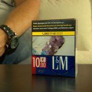 Mann entdeckt toten Vater auf Zigarettenschachtel (Foto)