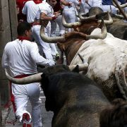 Hunderte von Menschen drängen sich beim Encierro mit den gefährlichen Tieren in die engen Gassen von Pamplona.