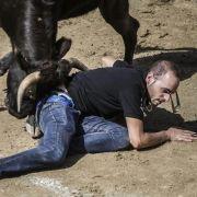 Ein Mann wird von einem Bullen attackiert.