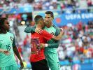 Auf Kuschelkurs mit Cristiano Ronaldo. (Foto)