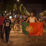 Schwere Krawalle nach EM-Finale! Randalierer attackieren Polizei (Foto)