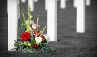 Auf einem Friedhof hat ein Mann eine trauernde Mutter zwei Mal vergewaltigt (Symbolbild). (Foto)