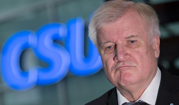 Was Horst Seehofer mit diesem obercoolen Blick bezwecken will? Junge Wähler gewinnen? Die Schriftzeichen der CSU sind jedenfalls gut zu erkennen. Die Antwort kennt aber wohl nur er selbst. (Foto)
