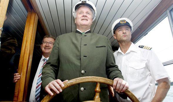 Der bayrische Ministerpräsident wagt sich in andere Gewässer und gibt den Kapitän.