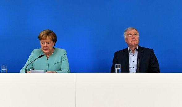 So wirklich interessiert scheint Horst Seehofer nicht zu sein. Immerhin redet ja