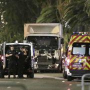 Ein Mann in einem LKW ist am Donnerstagabend auf einer Strecke von zwei Kilometern durch eine feiernde Menschenmenge auf der berühmten Uferstraße Promenade des Anglais in Nizza gerast und hat zahlreiche Menschen getötet.
