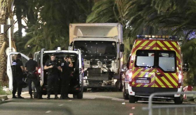 Ein Mann in einem LKW ist am Donnerstagabend auf einer Strecke von zwei Kilometern durch eine feiernde Menschenmenge auf der berühmten Uferstraße Promenade des Anglais in Nizza gerast und hat zahlreiche Menschen getötet. (Foto)
