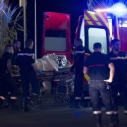 In Medienberichten hieß es, in dem Lastwagen seien die Ausweispapiere eines 31-jährigen, franko-tunesischen Einwohners von Nizza gefunden worden.