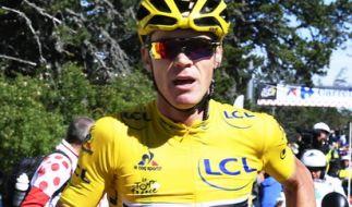 Bei der 12. Etappe der Tour de France: ChrisFroome musste nach einem Zusammenstoß mit einem TV-Motorrad ohne Fahrrad zur Zielgerade laufen. (Foto)