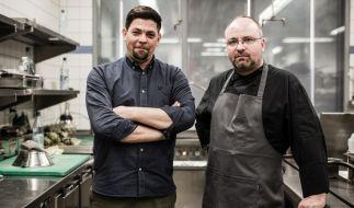 """Tim Mälzer (links) und Christian Lohsen stellen sich bei """"Kitchen Impossible"""" unlösbare Aufgaben. (Foto)"""