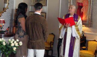 Frederic Prinz von Anhalt (rechts) traut am 16. Juli 2016 in seiner Villa in Bel Air in Los Angeles (Kalifornien) als Pastor der Universal Life Church ein deutsches Paar. (Foto)