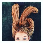 So bedankte sich Viviane Geppert mit ihrer Haarpracht für 16.000 Likes auf Instagram.