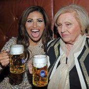 Bier scheint der angehenden Schauspielerin dennoch zu schmecken. Aber was ist nur mit ihrer Mutter los? Freudiges Zuprosten sieht anders aus...