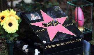 Das Grab von Dirk Bach wirkt aktuell vermehrt von Pokemon-Go-Spielern belagert. (Foto)
