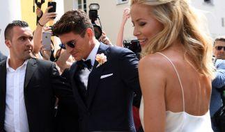"""Mario Gomez und seine Frau Carina haben im Standesamt Schwabing in München """"Ja!"""" gesagt. (Foto)"""