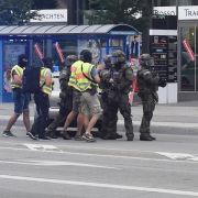 Polizisten in Spezialausrüstung kommen in München zu dem Einkaufszentrum, in dem Schüsse gefallen sind.