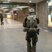 Polizisten sichern in der U-Bahnstation Karlsplatz das Gelände.