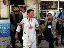 Überlebende des Anschlags: Nach der Detonation zweier Bomben bei einer Demonstration in Kabel versuchen zwei Männer, einem Verletzten zu helfen. (Foto)
