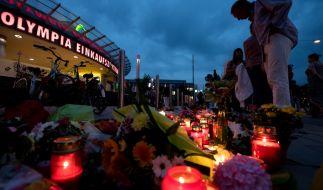 Blumen und Kerzen vorm OEZ in München. Hier starben am Freitag neun Menschen bei einem Amoklauf. (Foto)