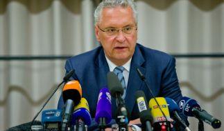 Joachim Herrmann bei der Pressekonferenz in Ansbach. Zusätzlich zu den bisherigen Fakten spendierte der bayerische Innenminister auch gleich noch seine persönliche Einschätzung. (Foto)