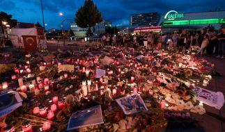 Blumen und Kerzen an der der U-Bahn Station des Olympia-Einkaufszentrums (OEZ) in München. Am 22. Juli hatte der 18-jährige Ali David S. in und um das Einkaufszentrum 9 Menschen und dann sich selbst getötet. (Foto)