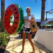 Nicht nur aufblasbare Tiere sind bei den Stars ein absoluter Renner: Reese Witherspoon mit einem Melonen-Schwimmring.