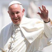 Papst gestürzt! Pontifex geht bei Messe zu Boden (Foto)