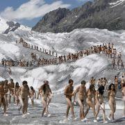 Spencer Tunick schickt seine Nackten auch mal auf einen Gletscher in die Schweiz. Wie hier im August 2007.