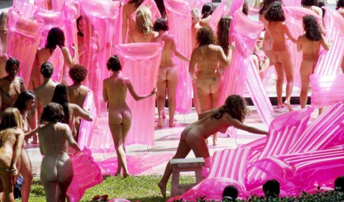 Nackte Frauen mit rosa Luftmatratzen bringen sich im Oktober 2007 im Sagamore Hotel am South Beach in Miami/Florida für Tunick in Position.