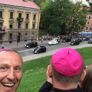 Verrückter Selfie-Bischof erobert das Netz (Foto)