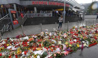 Unzählige Blumen und Kerzen liegen vor dem Olympia-Einkaufszentrum in München nach dem Amoklauf in München vom 22.07.2016. (Foto)