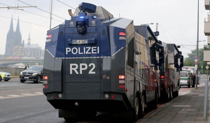 Die Kölner Polizei stellte Wasserwerfer bereit.