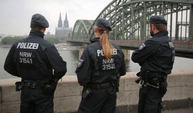 Insgesamt sollen 2700 Polizisten die Lage in Köln im Griff behalten.