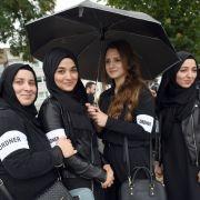 Ordnerinnen warteten auf den Beginn der Kundgebung von Erdogan-Anhängern in Köln.