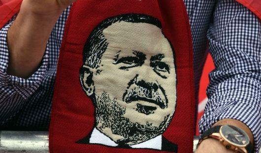 Ein Anhänger des türkischen Staatspräsidenten Erdogan trägt einen Schal mit dem Bild des türkischen Präsidenten.
