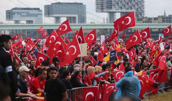 Anhänger des türkischen Staatspräsidenten Erdogan schwenken am 31.07.2016 in Köln (Nordrhein-Westfalen) türkische Fahnen.