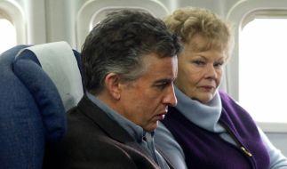 Philomena und Sixsmith fliegen gemeinsam nach Amerika, um Philomenas Sohn zu finden. (Foto)