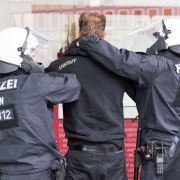 Die Polizei nimmt einen Demonstranten von Pro NRW fest.