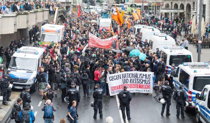 Auch Gegendemonstrationen halten die die Polizei in Atem.