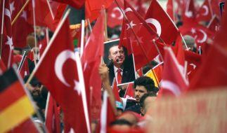 In Köln demonstrierten Zehntausende Anhänger des türkischen Staatspräsidenten Recep Tayyip Erdogan gegen den Putschversuch. (Foto)