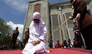 In Indonesien sind drei junge Paare öffentlich ausgepeitscht worden. Die 18- bis 25-jährigen werden mit bis zu 20 Hieben bestraft, weil sie Sex vor der Ehe hatten. (Foto)