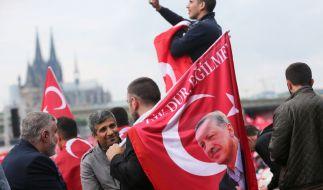 Anhänger des türkischen Staatspräsidenten Erdogan demonstrierten am 31. Juli 2016 in Köln. (Foto)