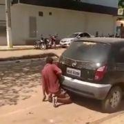 Ein Mann hat in Brasilien Sex mit einem Auto.