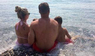 Lukas Podolski zeigt sein Familienglück... von hinten. (Foto)