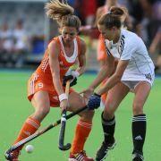 Die Niederländerin Ellen Hoog (l.) gibt sich im Hockey kampfstark.