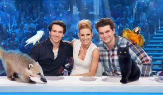 Michelle Hunziker (M.), Felix Neureuther (l.) und Lutz van der Horst (r.) suchen das talentierteste Haustier der Welt. (Foto)