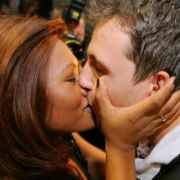 Timo Boll küsst seine Frau Rodelia.